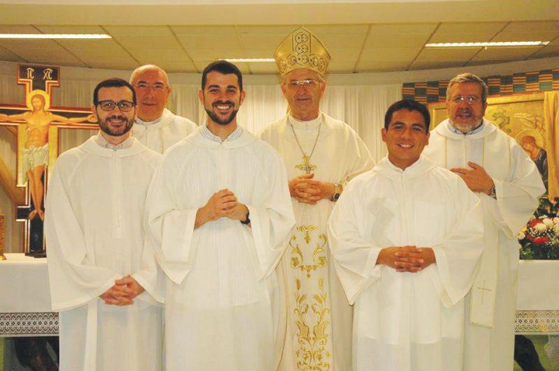 Vescovo-con-lettori-e-accoliti