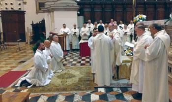 diaconi-insieme-davanti-a-vescovo-preghiera-consecratoria
